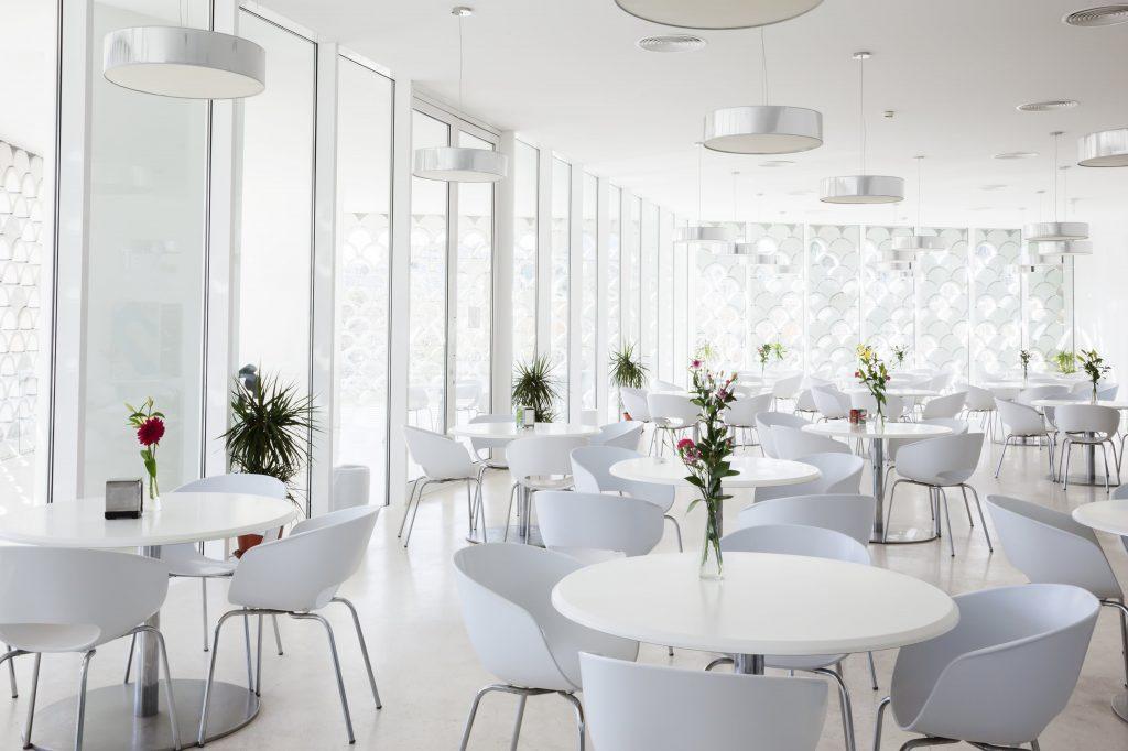 Arredamento Ristorante stile elegante total white