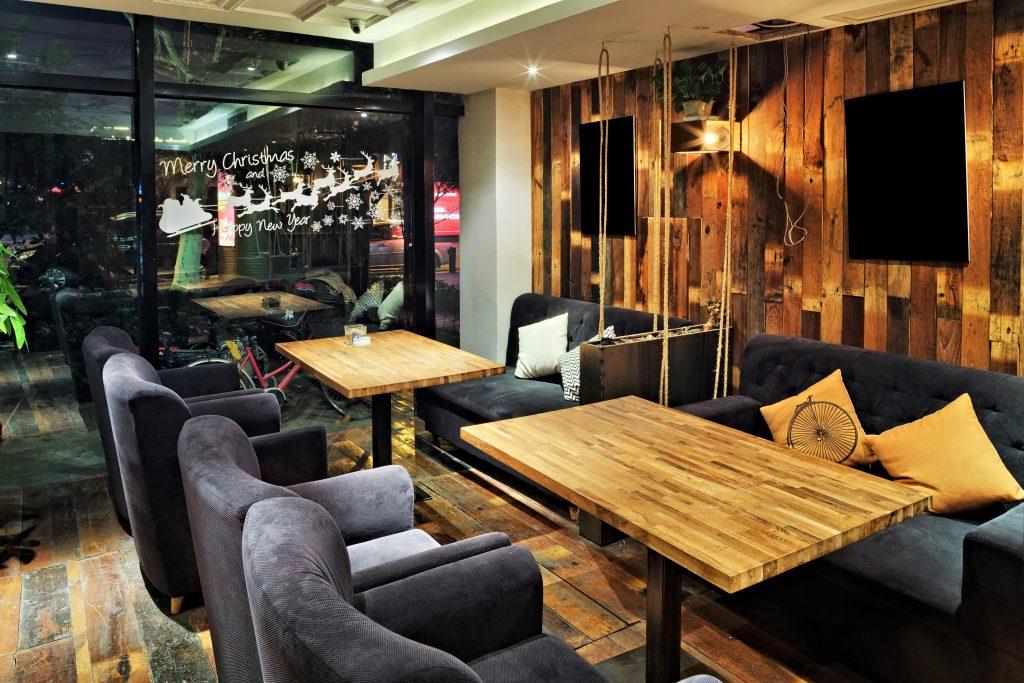 Arredamento Ristorante stile moderno e legno